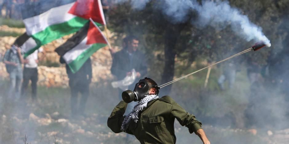 """Les Palestiniens marquent dix ans de mobilisation contre le """"mur"""" sous les lacrymogènes"""