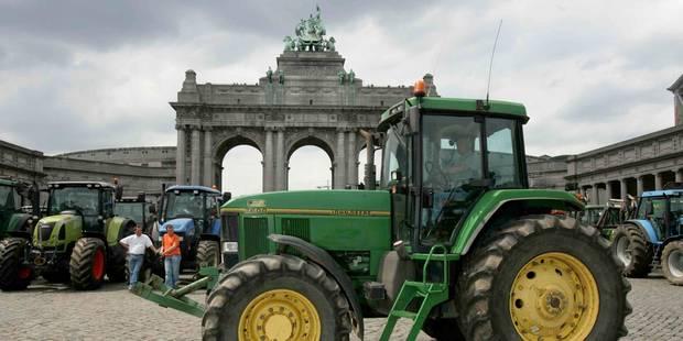Bruxelles: les producteurs de lait allument un feu devant le Parlement européen - La Libre