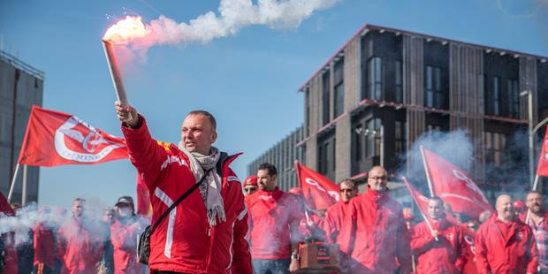 Manifestation à Bruxelles des travailleurs des ALR contre les pensions mixtes - La Libre
