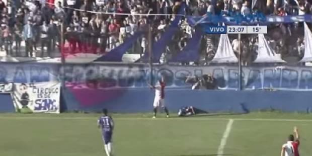 Poussé hors du terrain, ce footballeur se fracasse le crâne contre un mur (Vidéo) - La Libre