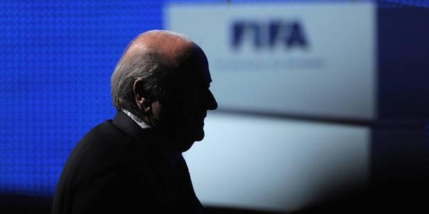 Mis sous pression par le FBI, Blatter finit par lâcher la barre de la Fifa - La Libre