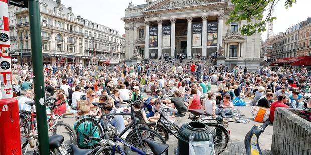 20130609 - BRUSSELS, BELGIUM: Illustration picture shows a picnic on the Anspachlaan - Boulevard Anspach street in Brussels, in front of the Beurs - Bourse stock exchange building, Sunday 09 June 2013. Brussels' residents organized the 'Pic Nic the Streets 2013' event to ask a better mobility plan for the city center. BELGA PHOTO BRUNO FAHY