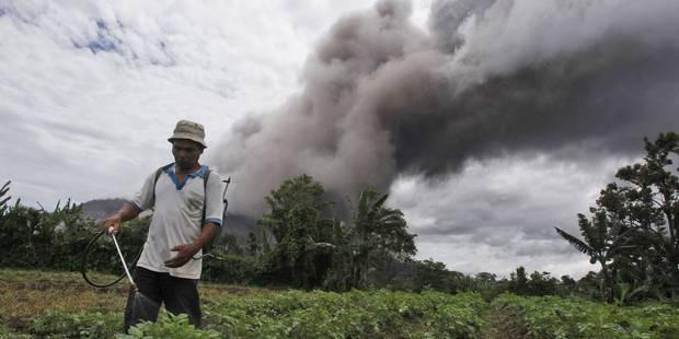 Plus de 10.000 personnes évacuées après des éruptions du volcan Sinabung en Indonésie - La Libre