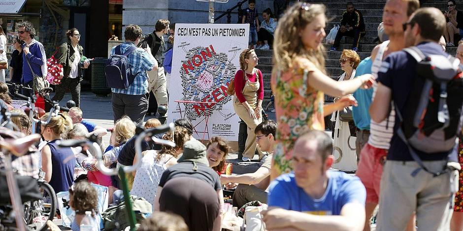 20150607 - BRUSSELS, BELGIUM: Illustration picture shows a picnic on the Anspachlaan - Boulevard Anspach street in Brussels, in front of the Beurs - Bourse stock exchange building, Sunday 07 June 2015. Brussels' residents organized the fourth edition of 'Pinic the Streets 2014' to ask a better mobility plan for the city center. BELGA PHOTO NICOLAS MAETERLINCK