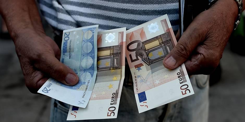 Grèce: files d'attente de retraités grecs sans carte de crédit devant les banques