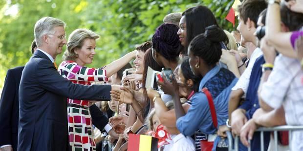 21 juillet : environ 4.000 personnes ont salué le roi et la reine au parc royal - La Libre