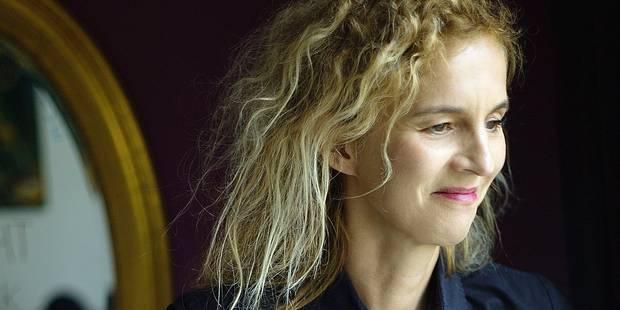 """Dans """"D'après une histoire vraie"""", Delphine de Vigan joue avec le feu autobiographique - La Libre"""