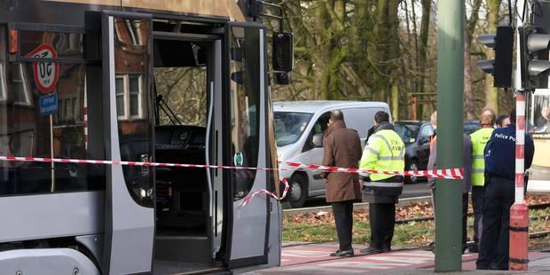 Un homme trouvé inanimé sur les voies du tram à Schaerbeek décède ensuite à l'hôpital - La Libre
