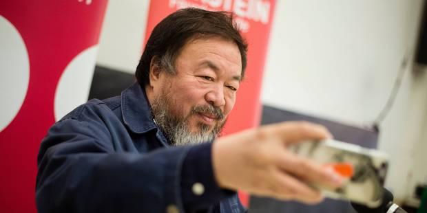 L'artiste chinois Ai Weiwei au côté des réfugiés et migrants à Lesbos - La Libre