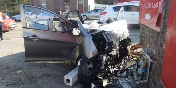 Une voiture percute une façade et une borne de gaz à Anderlues - La Libre