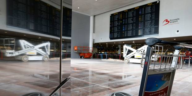 Attentats à Bruxelles: quelque 200 personnes se sont recueillies à Brussels Airport - La Libre
