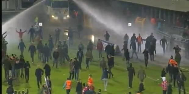 Les supporters anversois cherchent la bagarre, la police déploie les autopompes (VIDEO) - La Libre