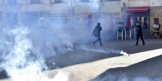 Heurts entre manifestants et policiers venus évacuer un lycée parisien occupé par des migrants - La Libre