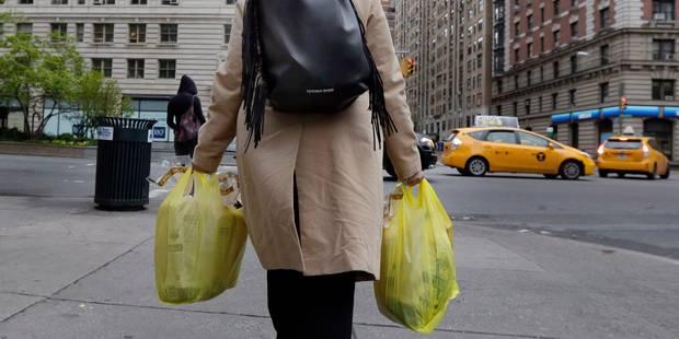 Les sacs plastique et papier jetables, bientôt payants à New York - La Libre