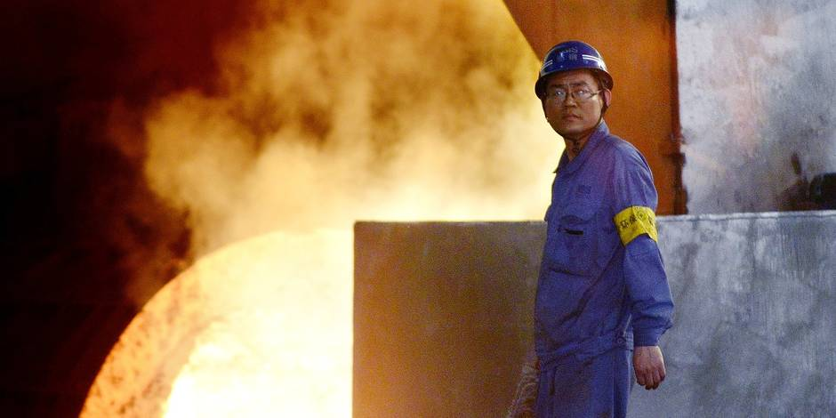 This picture taken on April 21, 2016 shows a worker looking on in front of a furnace in the Han-steel plant in Handan, in China's northern Hebei province. China's economy expanded at its slowest rate in seven years during the first quarter, the government said on April 15, but forecast-beating readings for March raised hopes a growth slowdown in the Asian giant may be bottoming out. / AFP PHOTO / WANG ZHAO