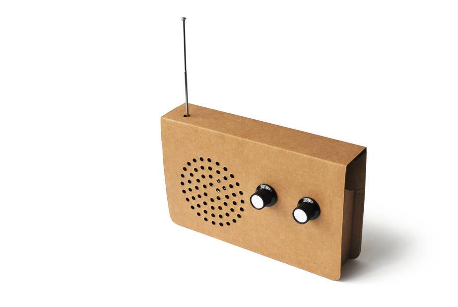 Radio en carton. En vente chez Bleu, rue de L'Aqueduc, 73-75 - 1050 Bruxelles. 40€