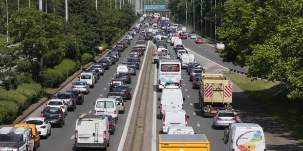 Grand-Bigard: le chauffeur de camion légèrement blessé, le trafic à nouveau possible - La Libre