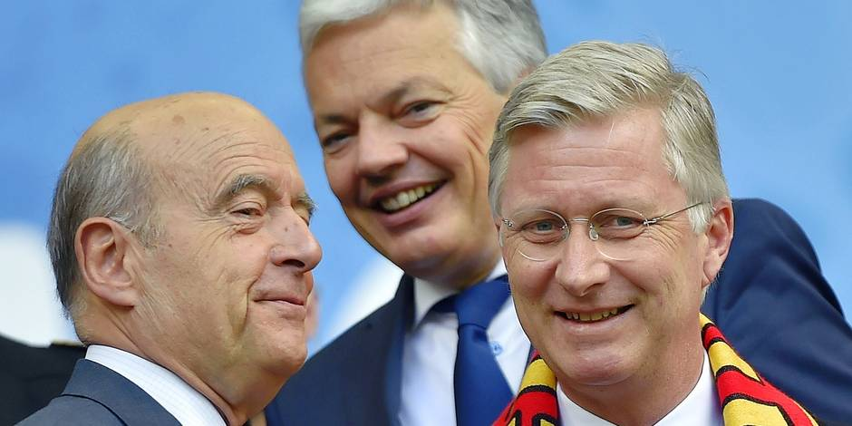 (L-R) Bordeaux mayor Alain Juppe, Belgian Foreign Minister Didier Reynders and King Philippe of Belgium attend the Euro 2016 group E football match between Belgium and Ireland at the Matmut Atlantique stadium in Bordeaux on June 18, 2016. / AFP PHOTO / LOIC VENANCE