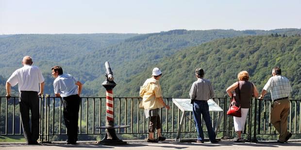 Les touristes admirent la forêt ardennaise et le paysage entourant la Semois à Rochehaut.