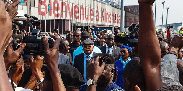 Etienne Tshisekedi (C), an opposition leader in D.R.Congo, is surrounded by journalists as he arrives in Kinshasa, on July 27, 2016. Congo's veteran opposition chief Etienne Tshisekedi, 83, came home after a two-year convalescence on July 27 as the mineral-rich but unstable nation headed into fresh turbulence. Thousands of supporters sporting Tshisekedi T-shirts and waving his flag had massed at the airport from districts across the city of 11 million awaiting his arrival. / AFP PHOTO / Eduardo Soteras