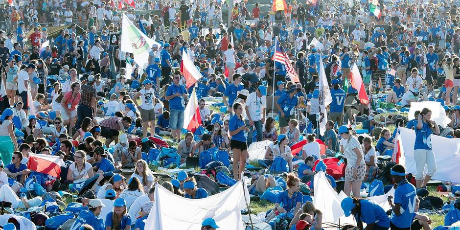 Pilgrims participating in the World Youth Day 2016 wait for the evening vigil with Pope Francis at the Campus Misericordiae in Brzegi, Poland, 30 July 2016. The World Youth Day 2016 is held in Krakow and nearby Brzegi from 26 to 31 July. Foto: Armin Weigel/dpa Reporters / DPA