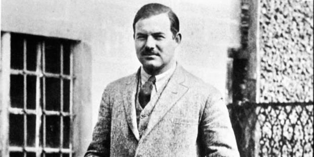 Le romancier Ernest Hemingway dans la cour de son immeuble au 113 rue Notre Dame des Champs a Paris en 1926 Novelist writer Ernest Hemingway courtyard of building Paris 1926 Rue des Archives © RUE DES ARCHIVES - REPORTERS
