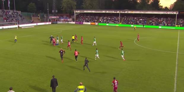 Un hooligan monte sur la pelouse et agresse un gardien en plein match (VIDEO) - La Libre