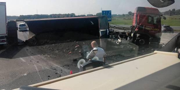 Spectaculaire accident sur la E19-E42: un camion perd son chargement et bloque la circulation (PHOTOS) - La Libre