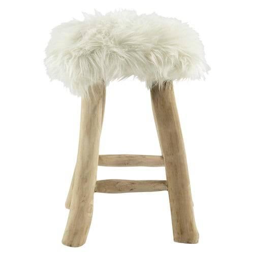 On transforme sa maison en chalet suisse avec du mobilier en bois. T  abouret en fausse fourrure et teck, 79,99euros, chez Maisons du Monde