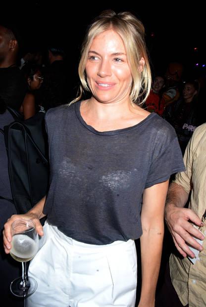 Sienna Miller, oups, elle a oublié le dress code !