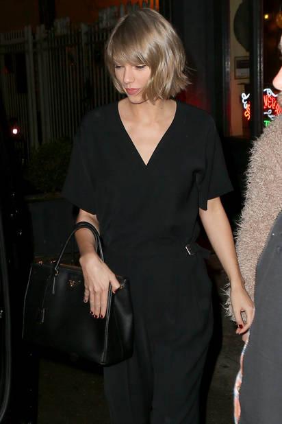 En 2016, Taylor Swift arbore un carré strict blond qui lui va à merveille et affûte son style
