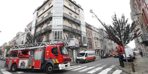 Un toit prend feu à Etterbeek (VIDEO) - La Libre