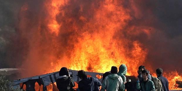 """Ravagée par les flammes, la """"Jungle"""" de Calais désertée par les migrants - La Libre"""