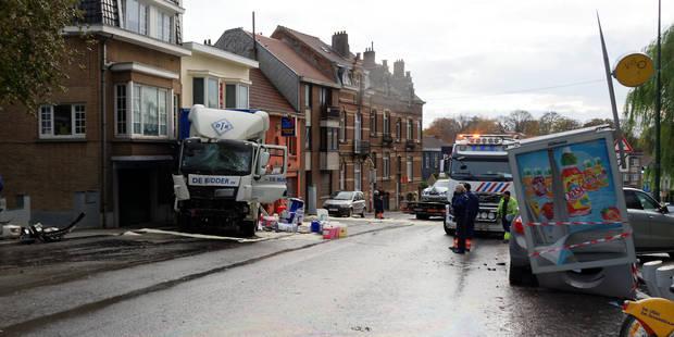 Accident de camion spectaculaire à Uccle (PHOTOS) - La Libre
