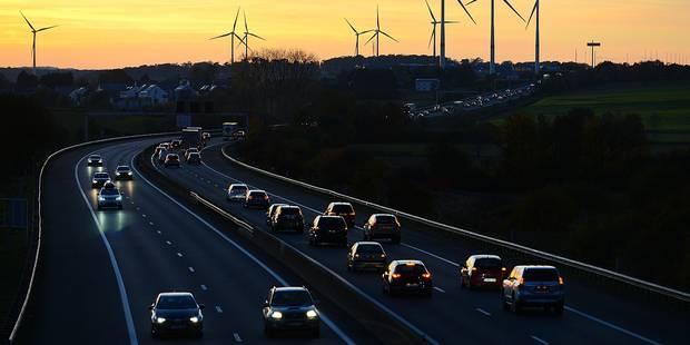 Eoliennes énergie vert verte écologie durable renouvelable Eneco vent électricité pollution air circulation autoroute E411 pollution carburant soir frontalier voiture auto