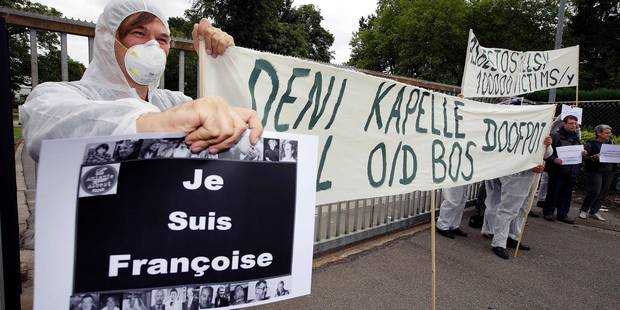 20150623 - KAPELLE-OP-DEN-BOS, BELGIUM: People showing protest messages attend a visit at the entrance of the plant of asbestos manufacturer Eternit in Kapelle-op-den-Bos by asbestos victims, Tuesday 23 June 2015. BELGA PHOTO NICOLAS MAETERLINCK