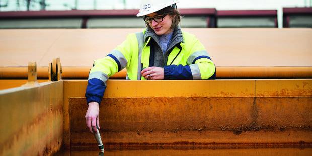 Aurélie Vanden Berghe est en train de vérifi er le pH dans une unité de traitement des eaux souterraines d'Audi Brussels
