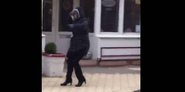 Cette femme manque de se faire renverser par le vent à la Côte (VIDEO) - La Libre