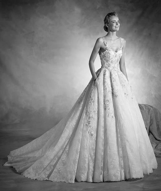 Atelier Pronovias. Presque une pièce de collection, cette spectaculaire robe de mariée princesse associe le majestueux volume de la jupe, confectionnée en tulle et en dentelle, aux délicates applications de dentelle de Chantilly, fil brodé et pierres fines.