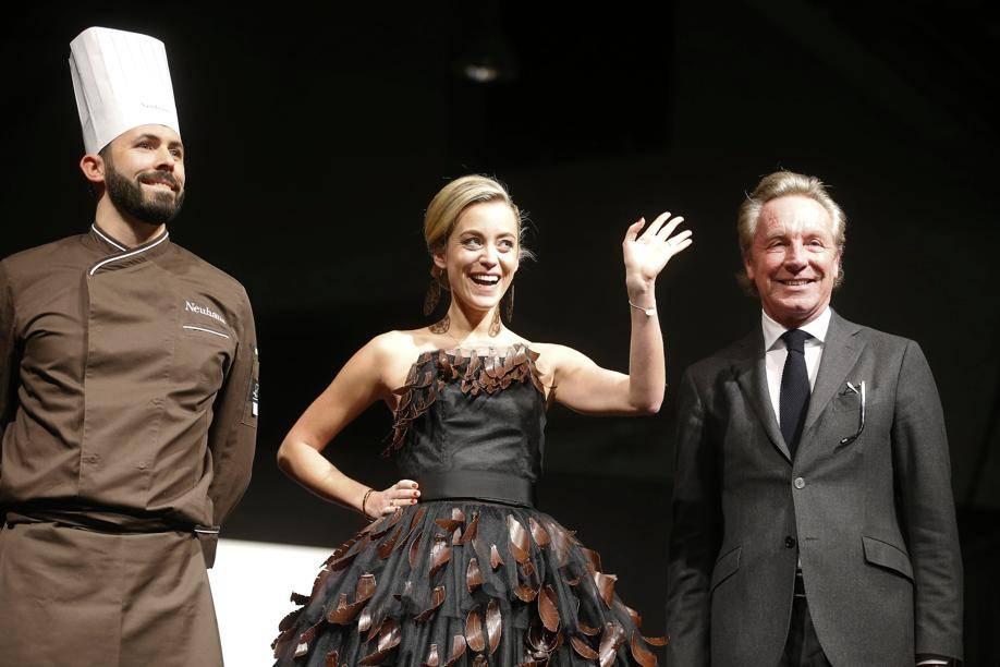 Emilie Dupuis, mannequin star aux côtés du créateur Edouard Vermeulen, qui a conçu sa jolie robe avec le chocolatier Neuhaus.