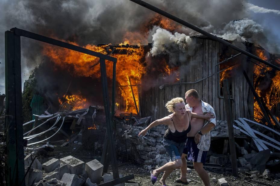 ***1er prix Long-Term Projetcs***  Des civils s'enfuient pour échapper à un incendie provoqué par un bombardement aérien dans le village de Luhanskaya (Ukraine)