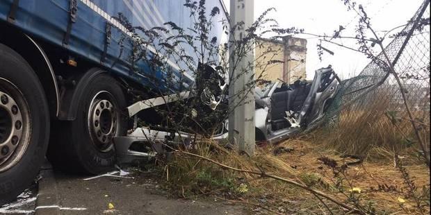 Accident mortel à Neder-Over-Heembeek: le conducteur d'une Mercedes s'encastre sous une remorque - La Libre