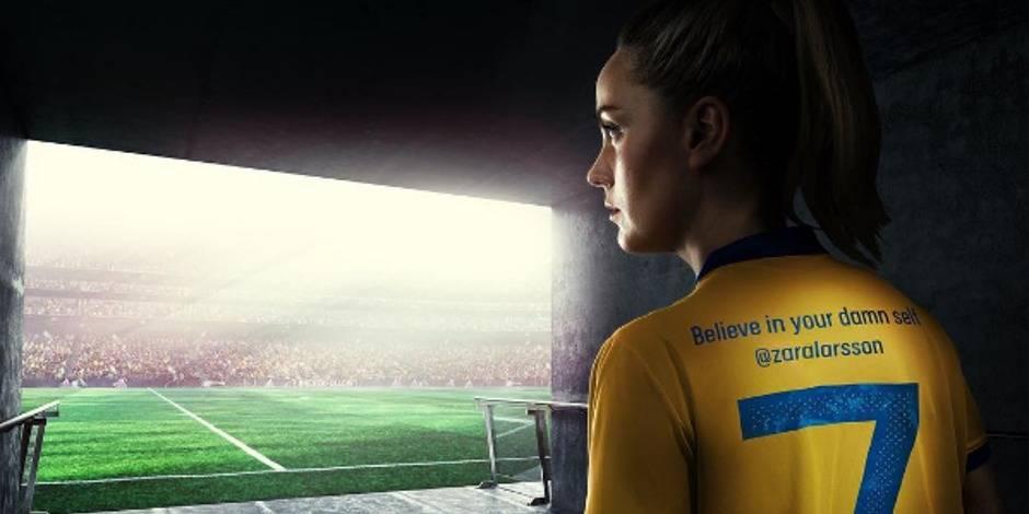 """""""Ne baisse jamais les yeux devant quelqu'un, sauf pour lui venir en aide"""": quand les footeuses suédoises prônent l'émancipation sur leur maillot"""