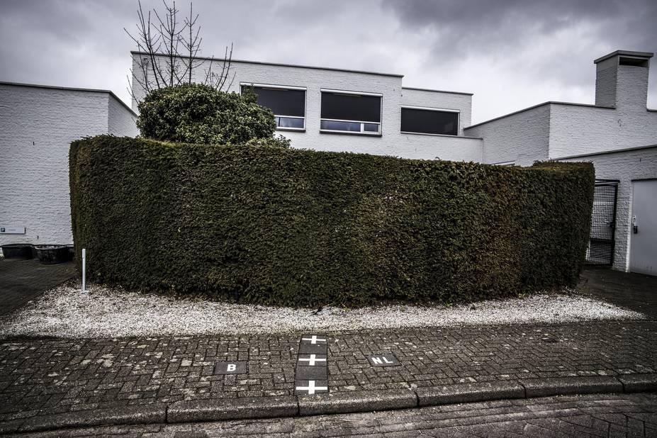 La mairie est située sur la ligne frontière. Et précisément au vu des marquages au sol, le poste de police est localisé au sein même de l'enclave. Ce qui veut dire que la police belge et néerlandaise sont installées dans la meme pièce. Mais pour des actes officiels, la police doit agir dans son espace propre.