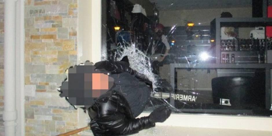 Un voleur reste coincé dans la vitrine du magasin qu'il tentait de cambrioler (PHOTO)
