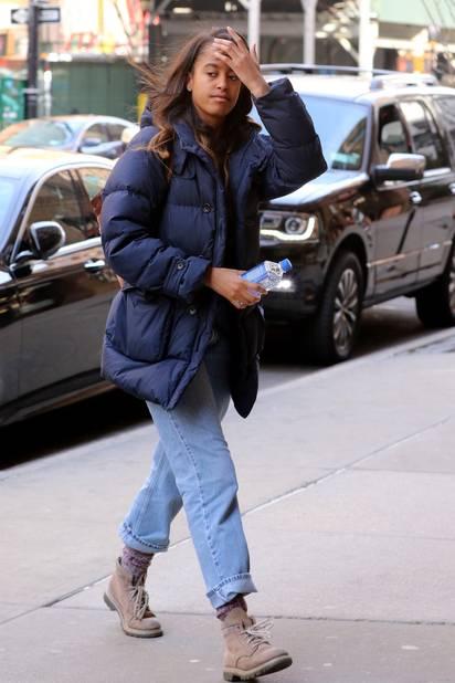 Grungy confo. Doudoune bleue pour affronter le froid de New York où elle fait un stage dans les studios Weinstein.