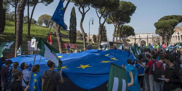 People walk with a giant European Union flag during a rally to support the European Union on the occasion of the 60th anniversary of signing the Treaty of Rome at the Coliseum in Rome, Italy, 25 March 2017. EFE/Antonello Nusca