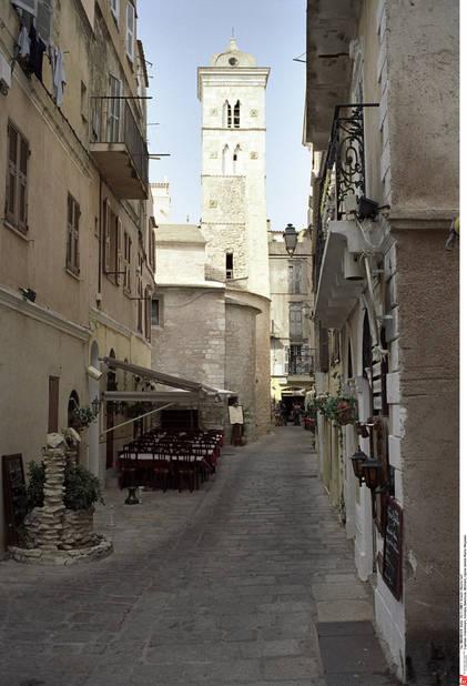 Une petite rue de Bonifacion donnant sur l'église Sainte-Marie.