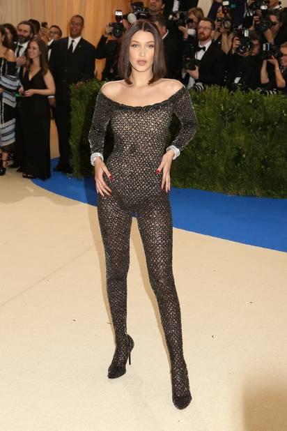 Bella Hadid dans une combinaison qui moulait parfaitement ses formes... parfaites.