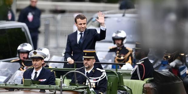 Investiture : Emmanuel Macron, trempé, prend un bain de foule après s'être recueilli à l'Arc de triomphe (VIDEOS) - La L...